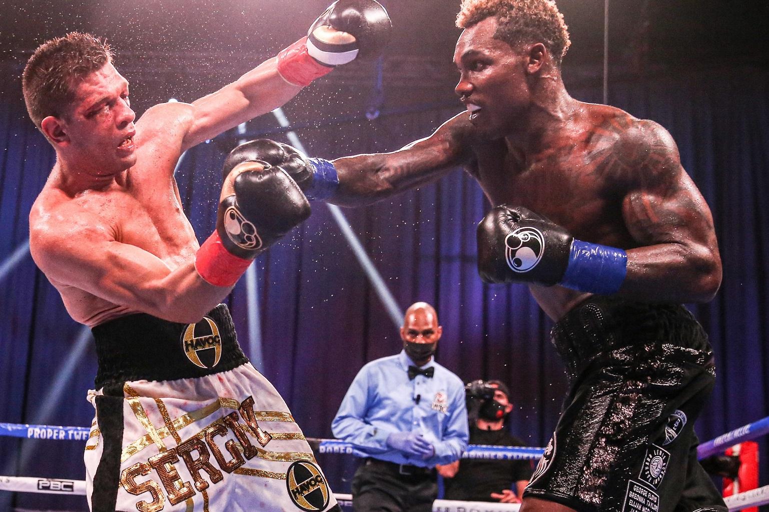 強烈な右で挑戦者を弾き飛ばすチャーロ兄(右)(Leo Wilson/Premier Boxing Champions)